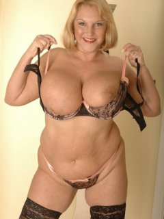 Great saggy tits on this mature blonde
