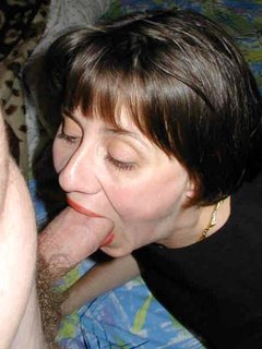 Mature shaving her pussy
