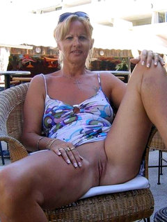 Spy cam - beach cabin - mature