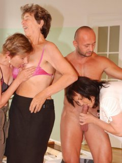 Lovely mature woman revs up the wand and have a go at it!
